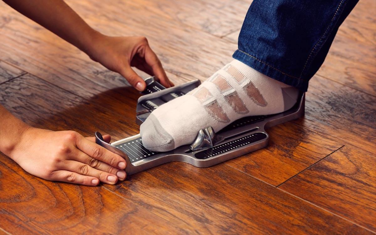 挑選老人鞋子:每次購買新鞋前應該重新丈量腳型尺寸